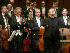 Thomas Quasthoff is applauded by Spanish tenor Placido Domingo and the Vienna Symphonic Orchestra.