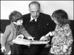 Gombrich reads to his grandchildren in a 1972 photograph.